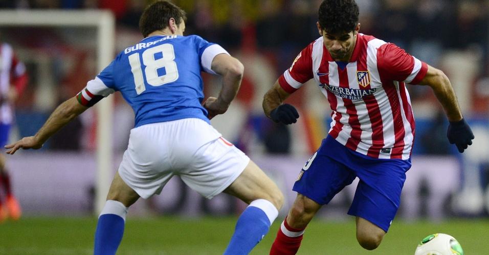23.jan.2014 - Atacante Diego Costa tenta passar pela marcação na partida entre Atletico Madrid e Athletic Bilbao