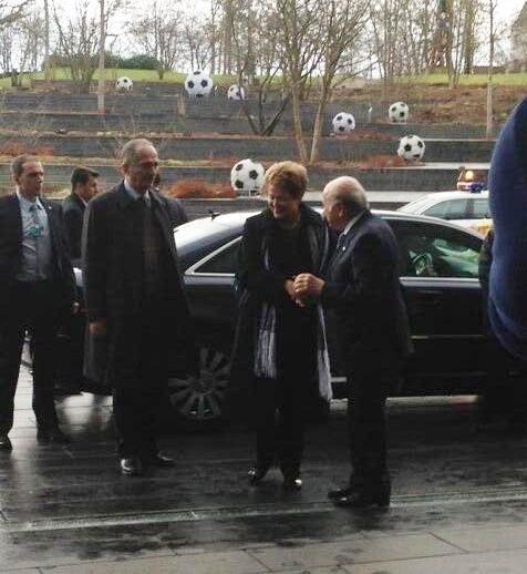 23.jan.2014 - Dilma chega para encontro com Joseph Blatter na sede da Fifa, em Zurique, na Suíça