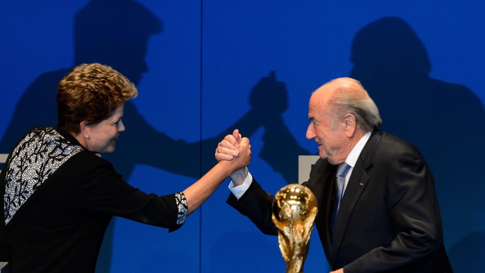 23.jan.2014 - Dilma e Blatter fazem reunião para mostrar que governo e Fifa estão comprometidos com sucesso da Copa