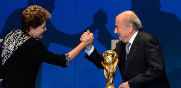 Dilma e o presidente da Fifa, Joseph Blatter, em evento antes da Copa do Mundo de 2014