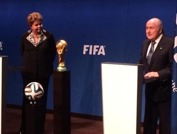 23.jan.2014 - Dilma e Blatter fizeram pronunciamento à imprensa após a reunião na sede da Fifa