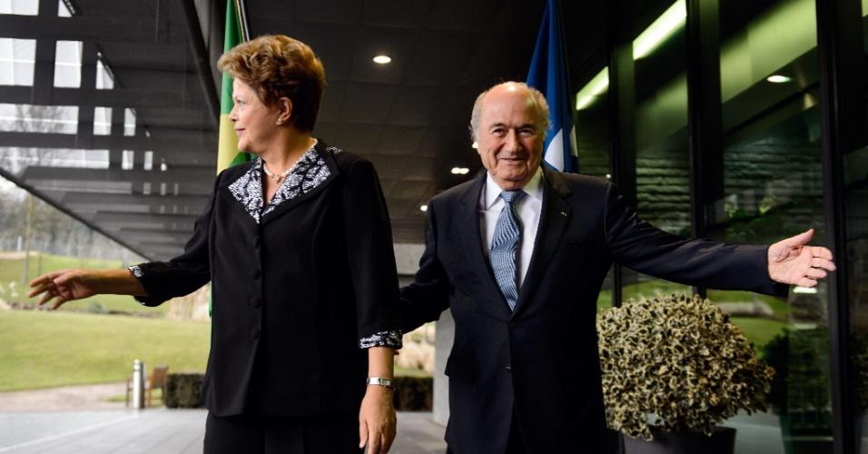 23.jan.2014 - Durante o encontro, Blatter apresentou sede da Fifa para a presidente Dilma