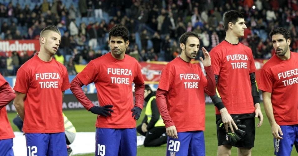 23.jan.2014 - Jogadores do Atlético de Madrid entram em campo para a partida contra o Athletic Bilbao com camisa em apoio ao atacante Falcao Garcia, ex-jogador da equipe