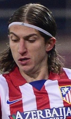 23.jan.2014 - Lateral esquerdo brasileiro Filipe Luis tenta jogada no duelo contra o Athletic Bilbao