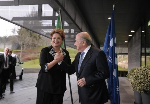 23.jan.2014 - Um dos objetivos do encontro é alinhar os discursos do Brasil e da Fifa. No início do ano, Blatter e Dilma trocaram farpas pela imprensa