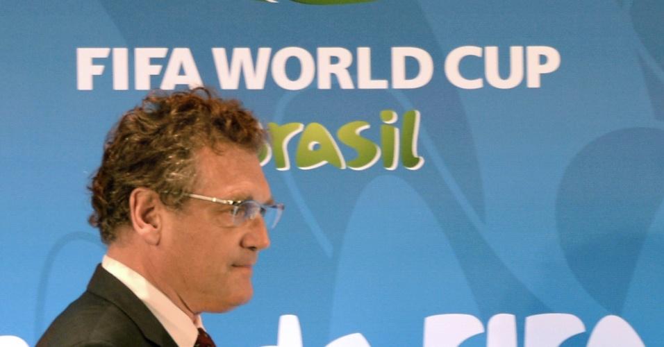 Jérôme Valcke, secretário-geral da Fifa, caminha antes da entrevista coletiva no Macaranã sobre a música oficial da Copa