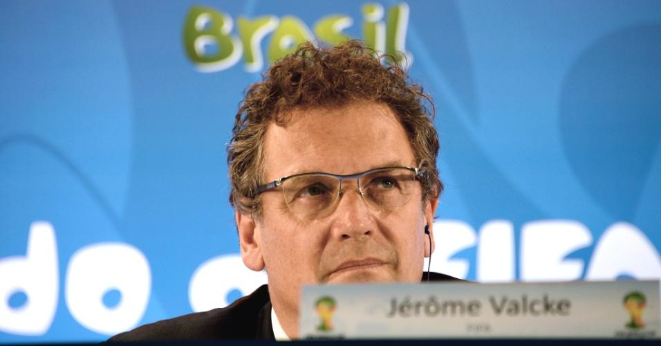 Secretário-geral da Fifa, Jérôme Valcke ouve pergunta durante coletiva no estádio do Maracanã