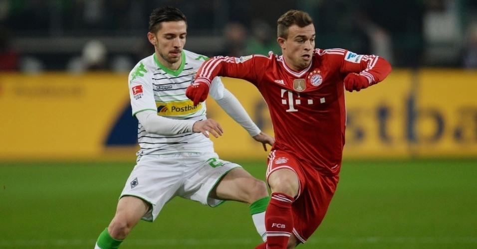24.jan.2014 - Brasileiro Rafinha, do Bayern de Munique, tenta escapar da marcação de Julian Korb, do Borussia M'gladbach, pelo Campeonato Alemão