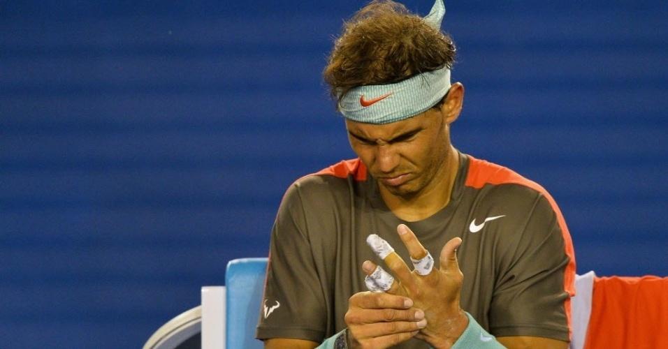 24.jan.2014 - Rafael Nadal faz cara feia após pedir atendimento médico para fazer um curativo na bolha da sua mão esquerda