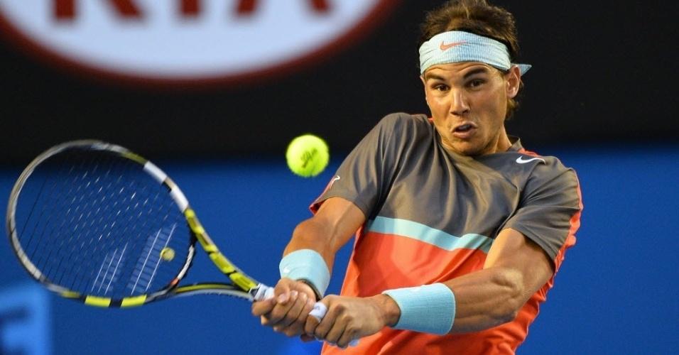24.jan.2014 - Rafael Nadal tenta a devolução durante semifinal do Aberto da Austrália contra Roger Federer