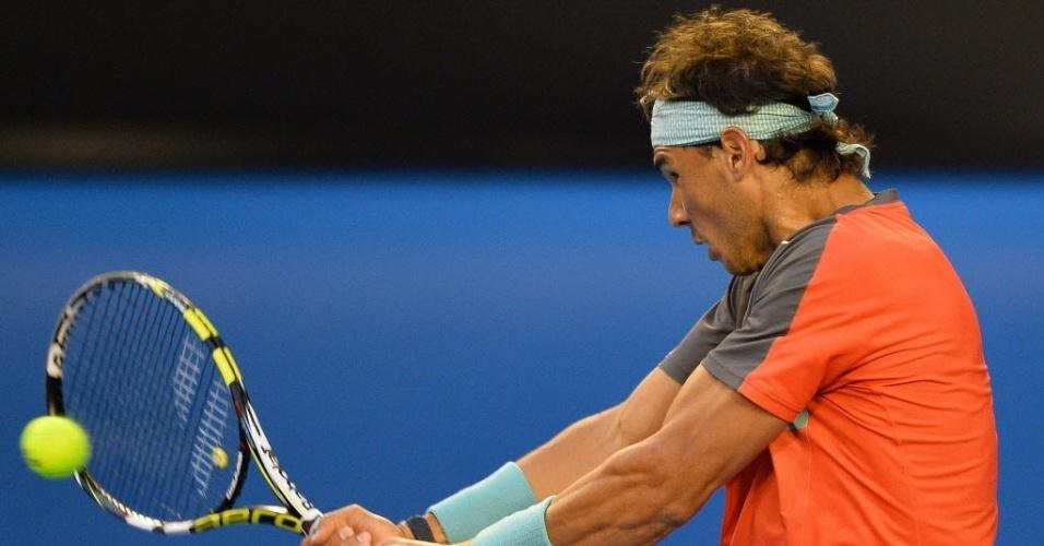 24.jan.2014 - Rafael Nadal tenta o ataque de direita durante semifinal do Aberto da Austrália contra Roger Federer