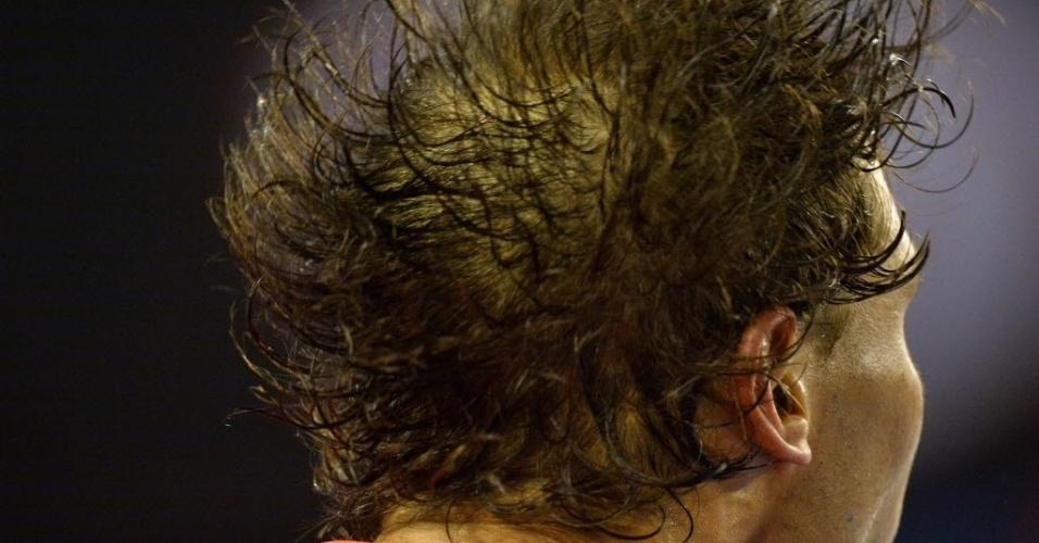 24.jan.2014 - Rafael Nadal tenta secar o cabelo durante intervalo dos games da partida contra Roger Federer