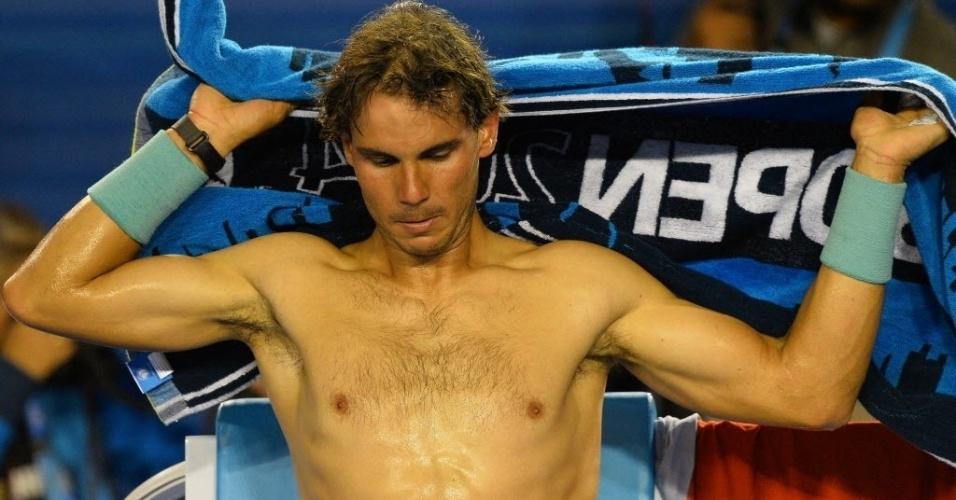 24.jan.2014 - Rafael Nadal troca de camisa durante intervalo da partida contra Roger Federer