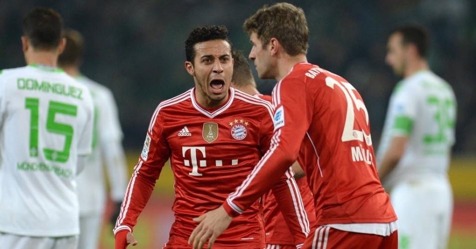 24.jan.2014 - Thiago Alcantara e Thomas Muller vibram após o segundo gol do Bayern de Munique contra o Borussia M'gladbach, pelo Campeonato Alemão