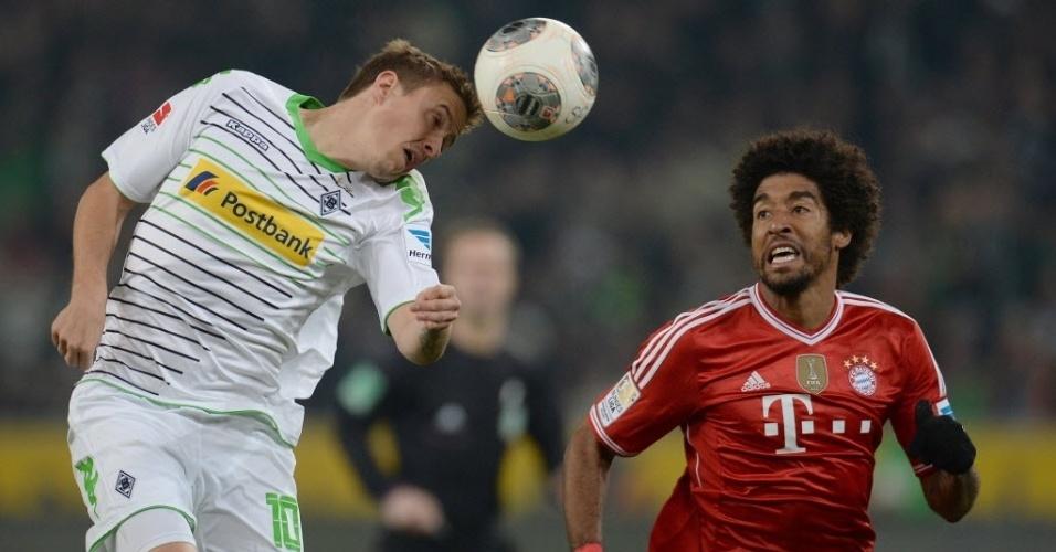 24.jan.2014 - Zagueiro brasileiro Dante, do Bayern de Munique, marca Max Kruse, do Borussia M'gladbach, na partida do Campeonato Alemão