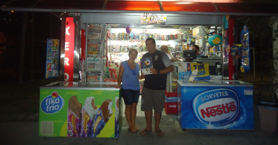 Alberto Souza compra caixa fechada com 1000 pacotes de figurinhas e completa 2 ou 3 álbuns; o restante distribui em comunidades carentes