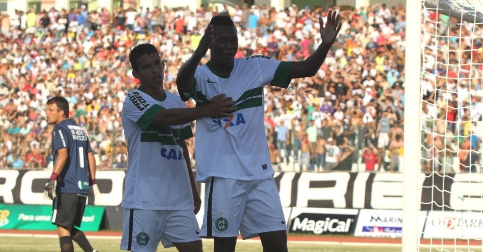 Maykon (dir.) comemora seu gol na derrota do Coritiba para o Maringá