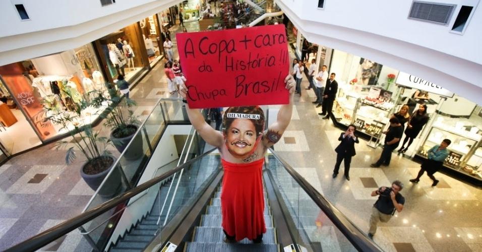 25.jan.2014 - Manifestante em Brasília se fantasia de Dilma Rousseff para protestar contra a realização da Copa do Mundo