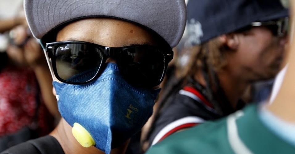 25.jan.2014 - Manifestante faz protesto contra a Copa do Mundo no vão livre do Masp