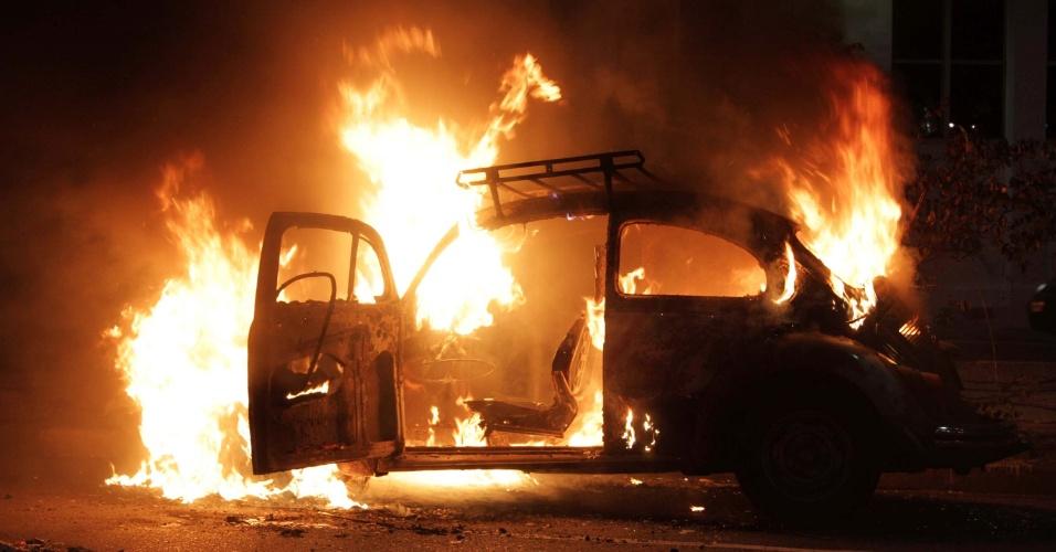 25.jan.2014 - Manifestantes colocam fogo em fusca durante protesto em São Paulo contra a Copa do Mundo