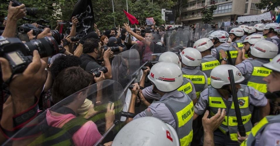 25.jan.2014 - Manifestantes entram em confronto com a polícia em São Paulo durante protesto contra a realização da Copa do Mundo no Brasil