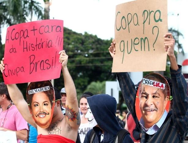 25.jan.2014 - Vestidos de Dilma Rousseff e Lula, manifestantes participam do protesto Não Vai ter Copa, em Brasília
