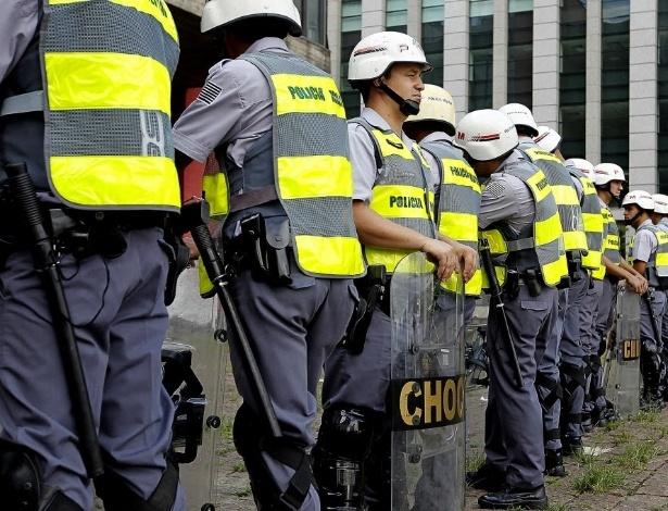 25.jan.2014 - Policiais fazem barreira durante protesto contra a realização da Copa do Mundo, no vão livre do Masp