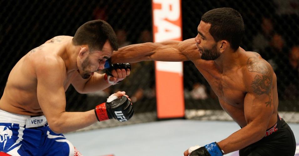 25.jan.2014 - Wolverine golpeia Ramiro Hernandez no UFC on FOX 10. O brasileiro venceu o combate por decisão unânime