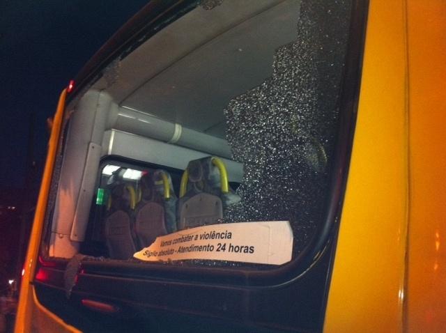 Detalhes de ônibus depredado durante protesto em São Paulo