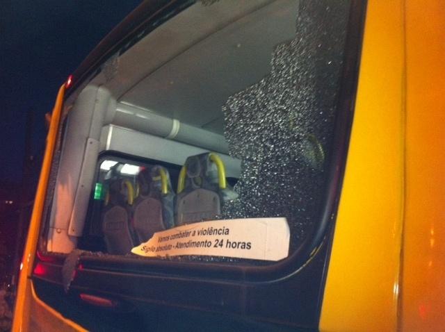 Ônibus é depredado na Rua Augusta, em São Paulo, durante protesto