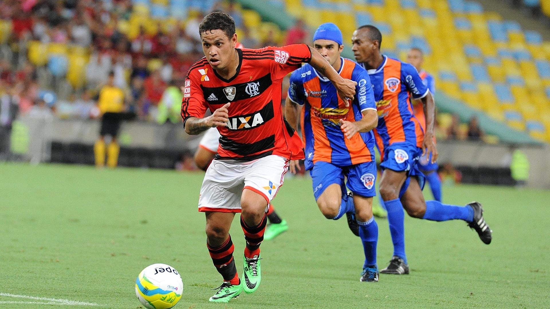 25 jan. 2014 - Carlos Eduardo conduz bola durante jogo entre Flamengo e Duque de Caxias, pelo Carioca