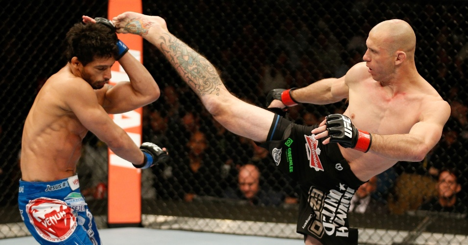 25.jan.2014 - Donald Cerrone chuta o brasileiro Adriano Martins no UFC on FOX 10