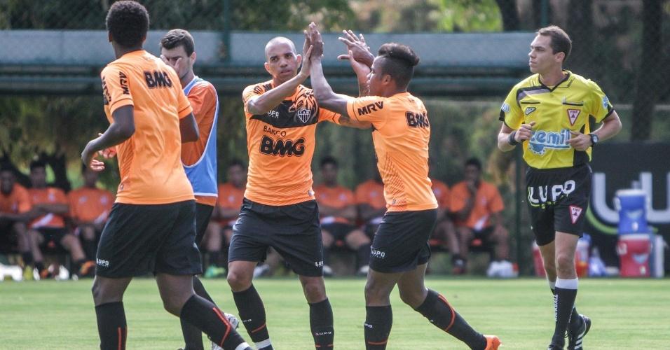 26 jan 2014 - Diego Tardelli comemora com companheiros gol do Atlético-MG em jogo-treino contra o Democrata-SL