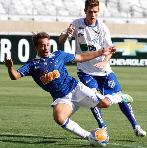 26. jan. 2014 - Everton Ribeiro perde o equilíbrio ao disputar lance pelo Cruzeiro contra o URT pelo Campeonato Mineiro