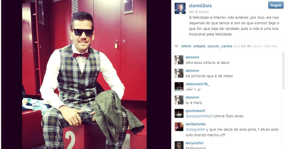 26.jan.2014 - Daniel Alves não cansa de mostrar seu estilo. Agora, ele apareceu usando gravata borboleta vermelha, além de calça e um colete xadrez