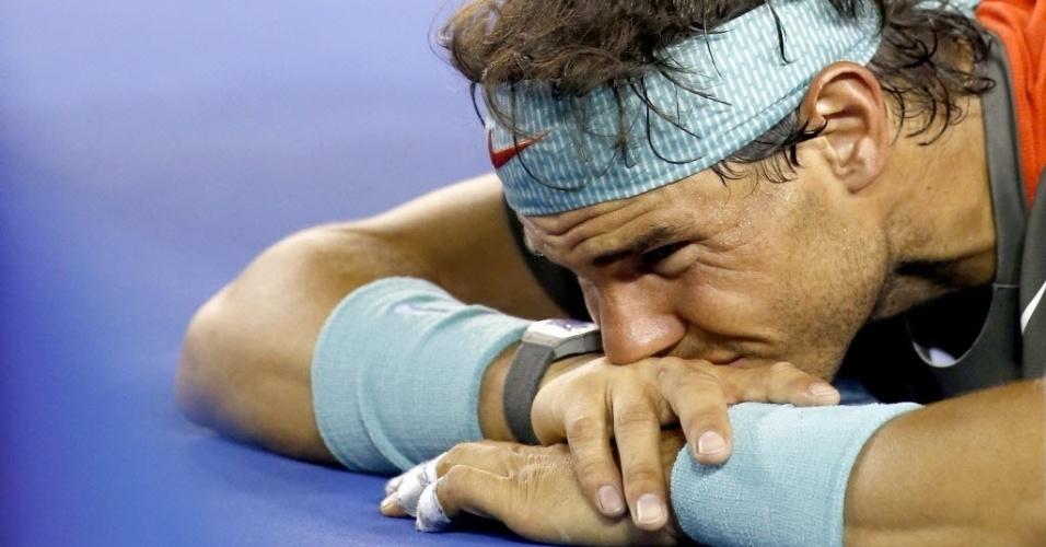 26.jan.2014 - Rafael Nadal recebe atendimento médico após sentir dores nas costas na final do Aberto da Austrália contra Stanislas Wawrinka