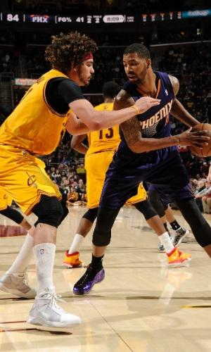 Anderson Varejão (esq.) tenta impedir a jogada de Markieff Morris na derrota dos Cavaliers para os Suns na NBA