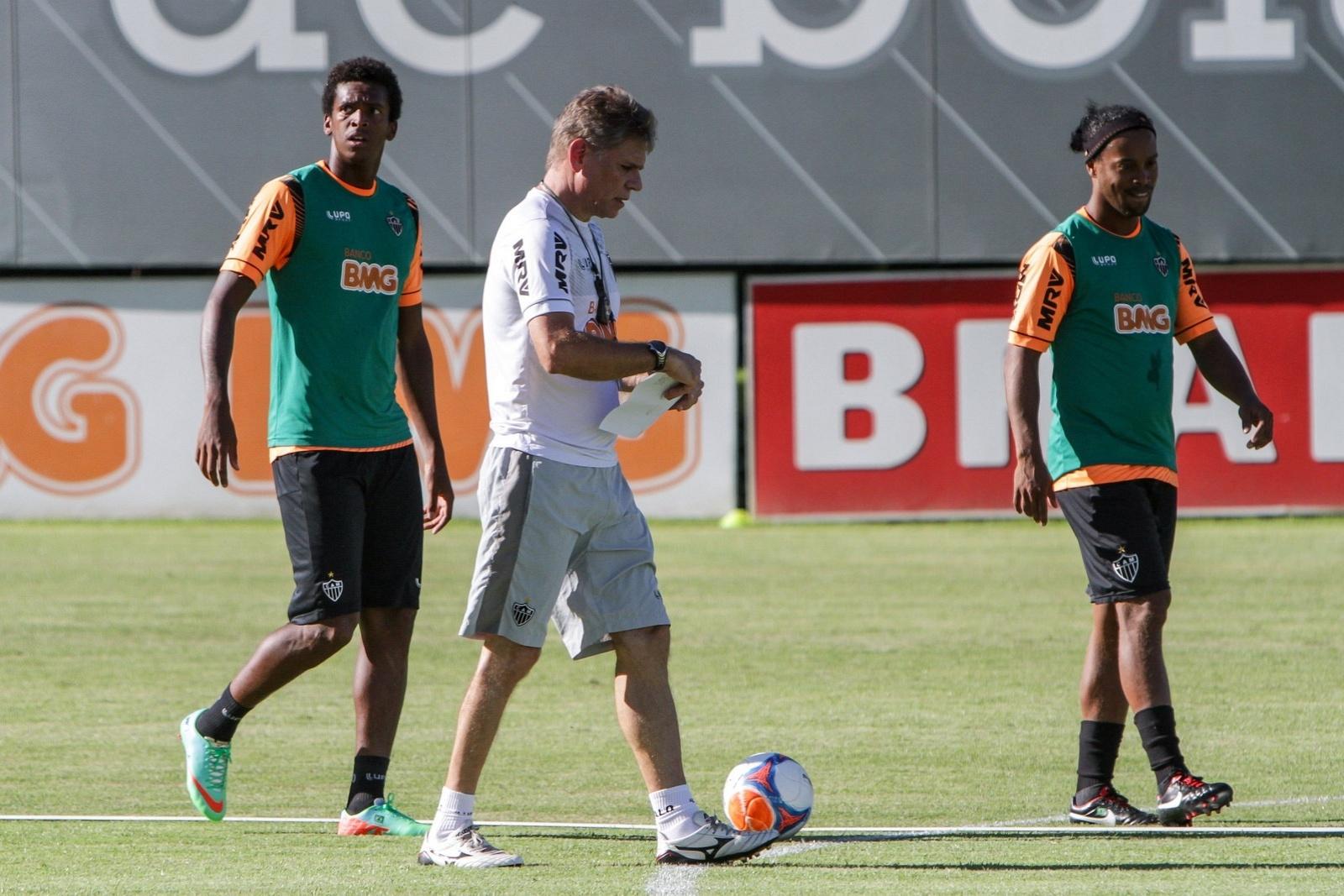 28 jan 2014 - Paulo Autuori estreia nesta quarta-feira, pelo Atlético-MG, sem Ronaldinho Gaúcho, suspenso