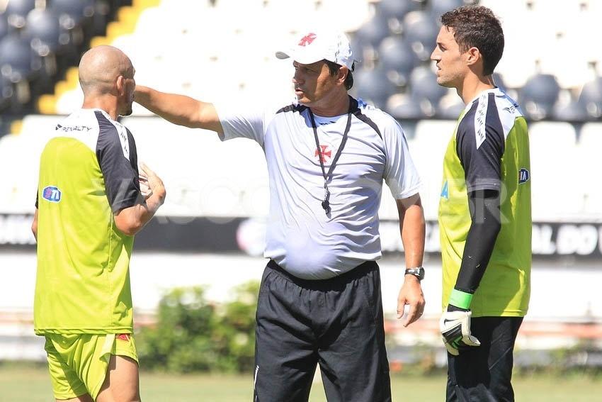 Adilson Batista conversa com Guiñazu (e) e Martín Silva durante treinamento do Vasco (28/01/2014)