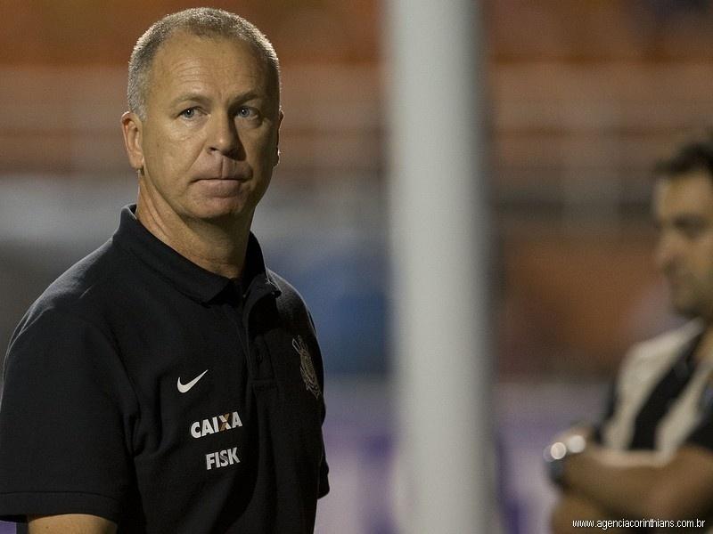 Mano Menezes, técnico do Corinthians, observa sua equipe na partida contra o São Bernardo, pelo Campeonato Paulista