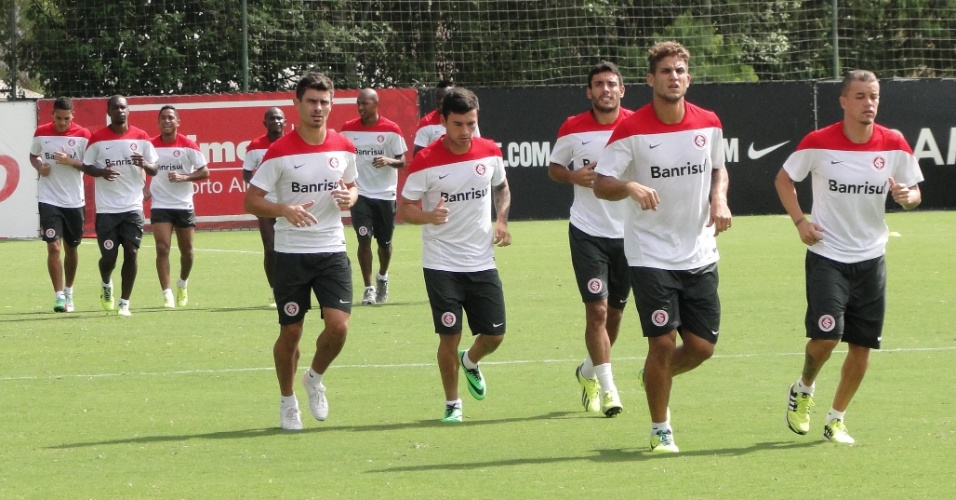 Rafael Moura, D'Alessandro, Airton Ruschel, Aránguiz, Alex e titulares do Inter correndo ao redor do gramado 1 do CT do Parque Gigante (28/01/2014)