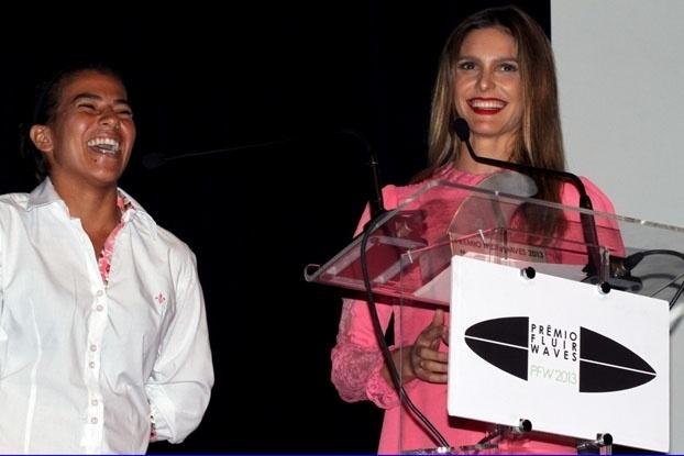 Silvana Lima recebe das mãos de Fernanda Lima o troféu do prêmio de uma revista especializada em surfe, a Fluir, no ano passado