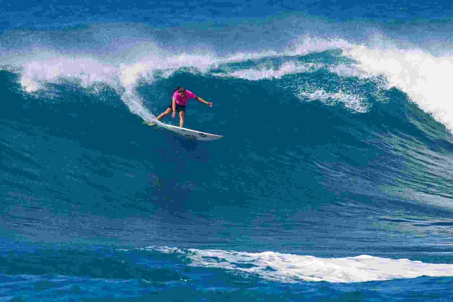 Uma das principais surfistas brasileiras, Silvana Lima surfa em ondas grandes - ©ASP/Kirstin