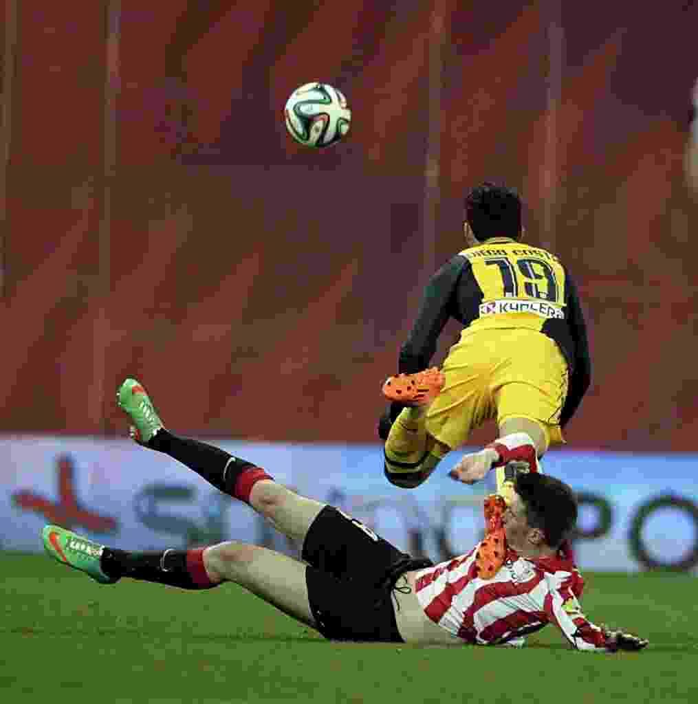 29. jan. 2014 - Diego Costa voa após sofrer entrada dura do francês Aymeric Laporte, do Athletic Bilbao, em jogo do Atlético de Madri pela Copa do Rei - EFE/Luis Tejido