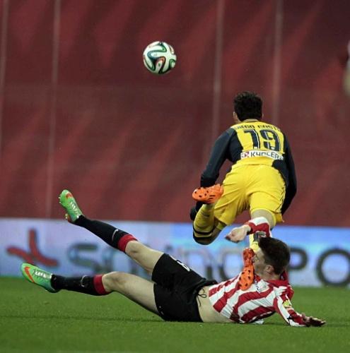 29. jan. 2014 - Diego Costa voa após sofrer entrada dura do francês Aymeric Laporte, do Athletic Bilbao, em jogo do Atlético de Madri pela Copa do Rei