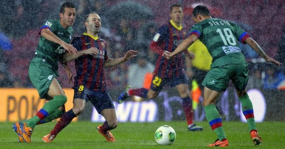 29. jan. 2014 - Iniesta sofre falta em partida contra o Levante pela Copa do Rei