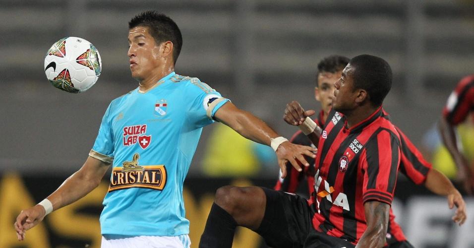 29.jan.2014 - Atacante Marcelo tenta roubar a bola de Cossio, do Sporting Cristal, em partida disputada em Lima, no Peru