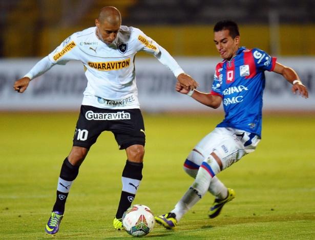 29.jan.2014 - Jorge Wagner trabalha a bola pelo Botafogo contra o Deportivo Quito, na altitude equatoriana