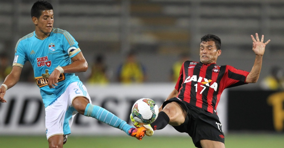 29.jan.2014 - Paulinho Dias, do Atlético-PR, disputa bola com Cossio, do Sporting Cristal, pela estreia na Taça Libertadores