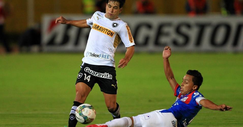 29.jan.2014 - Uruguaio Lodeiro é travado por defensor do Deportivo Quito em estreia do Botafogo na Taça Libertadores
